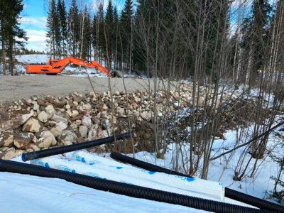Metsäautotietä rakentamassa